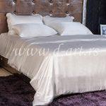 bela posteljina od svilenog satena