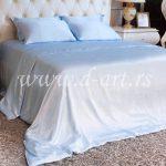 azurno plava posteljina od satena
