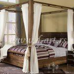 beli baldahin na drvenom krevetu