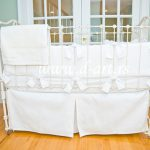 snezno bela decija suknjica za krevet