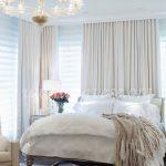 posteljina i braon draperije