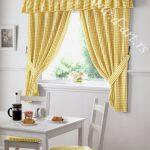 zute karirane zavese za kuhinju