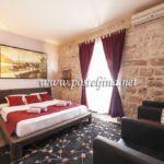 opremanje apartmana posteljinama u crvenoj boji
